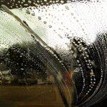 車のガラスの内側を曇りを拭く