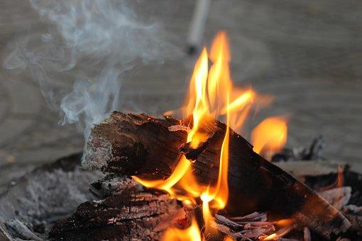 焚き火の臭いを消す方法 – バーベキューやキャンプの豆知識