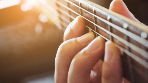 バッカスでギターを弾く