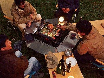 焚き火の周りのジカロテーブルで食事