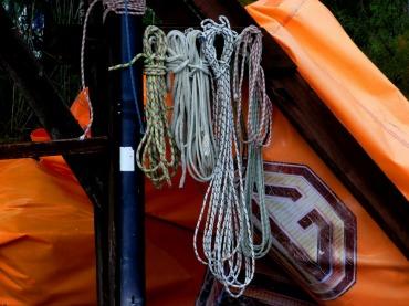 テントロープ 目立つ色